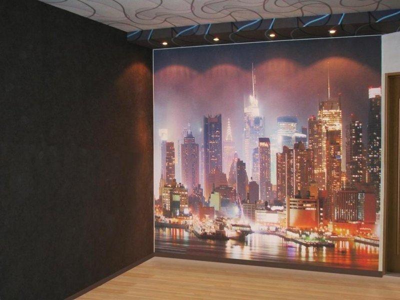 подсветка стен с фотопечатью или дают трёхэтажные